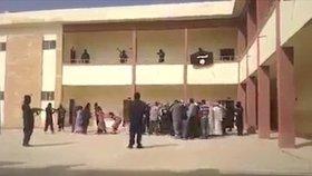 Teroristé dcery vyrvali otcům z náručí, manželé se museli dívat na potupu svých žen.
