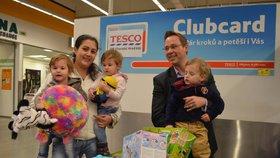 Personální manažer Tesca v Uherském Hradišti, David Šurmánek, překvapil paní Renatu plným nákupním vozíkem krásných hraček pro děti.