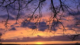 Je zde zimní slunovrat. Slunce je nejníže na obzoru, dny se začnou pomalu, ale jistě prodlužovat a noci krátit.