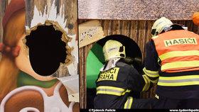 Děcku se zasekla hlava v dřevěném domečku v obchodním centru: Zasahovat museli hasiči.