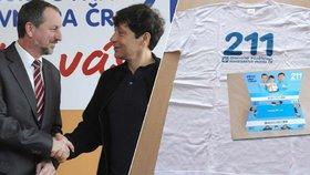 Bývalý šéf pojišťovny Jaromír Gajdáček s hercem Pavlem Křížem, který byl tváří pojišťovny. NKÚ uvedl, že pojišťovna dala za spolupráci s celebritami čtyři miliony korun, dalších skoro 17 milionů za dárkové předměty.