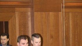 Petra Kramného přivádí ostraha k soudu.