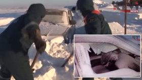 Ruští řidiči čekali ve vánici na záchranu 15 hodin.