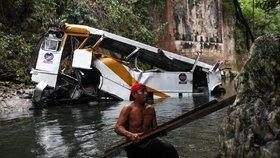 Autobus plný fotbalistů se zřítil do třicetimetrové rokle. Nejméně dvacet mrtvých