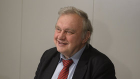 Miloslav Ransdorf (KSČM) na své tiskové konferenci ke švýcarské kauze