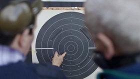 Počet žadatelů o zbrojní průkaz postupně stoupal každý měsíc od srpna, od října jich bylo měsíčně minimálně 100.