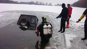 Utopil džíp: Řidič na Královéhradecku si myslel, že přejede jezero