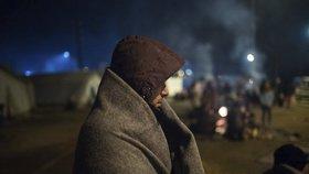 Tisíce uprchlíků čekají před hranicemi. Řekové je nechtějí pustit do tábora.