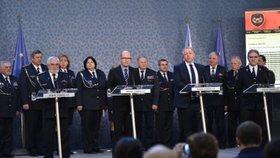 Tehdejší premiér Sobotka s tehdejším ministrem vnitra Chovancem představili dotační program pro dobrovolné hasiče. Vlevo u stolku Karel Richter