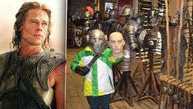 V táborské filmové zbrojnici si můžete vyzkoušet helmici Brada Pitta z filmu Troja.