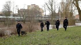 Desítky policistů a hasičů včetně potápěčů v sobotu v noci i v neděli přes den pročesávaly vodu i okolí, ale řidiče nenašly.