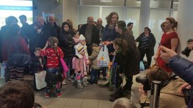 Uprchlíci z Iráku dorazili do České republiky.