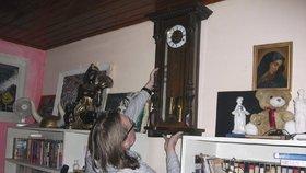Historické hodiny, které si Jonák pověsil na zeď po 20 letech.