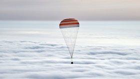 Návratová kabina Sojuzu míří na Zemi.