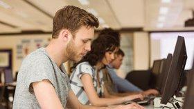 Studenti za počítačem