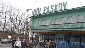 Horníci Dolu Paskov při odchodu z páteční šichty