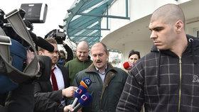 Parlamentní volby 6. března na Slovensku. Předseda krajně pravicové Lidové strany Naše Slovensko Marian Kotleba (uprostřed) hovoří s novináři při odchodu z televizní debaty v TV Markíza.