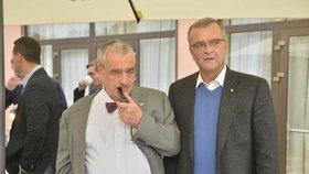 Karel Schwarzenberg se svou oblíbenou dýmkou a Miroslavem Kalouskem