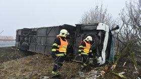 Vnitřek autobusu byl po nehodě zdemolovaný.
