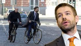 Ministr na kole: Robert Pelikán loni na cestě do svého úřadu