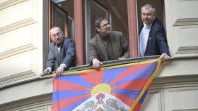 Zastupitelé hlavního města Prahy z řad TOP 09 vyvěsili tibetskou vlajku i z oken svého klubu na pražském magistrátu.