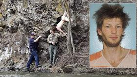 Naháč se vloupal k postižené ženě, pokoušel se ji obejmout a pak skočil z útesu.