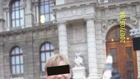 Denis vystudoval vojenskou školu, v Praze ale pracoval v obchodě s dárkovým zbožím.
