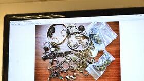 Součástí pokladu byly i šperky.