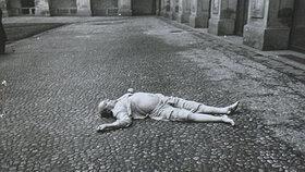 Masaryk měl po dopadu mimo jiné rozdrcené kotníky, což je na fotografii i vidět