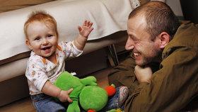 Jen 27 procent otců se do péče o děti zapojuje jinou formou.