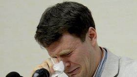 Otto Warmbier se u soudu rozplakal. Nebylo mu to nic platné.