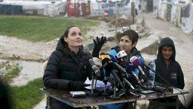 Angelina Jolie navštívila uprchlický tábor v Libanonu a apelovala na světové vůdce.
