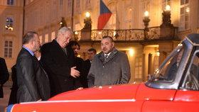 Marocký král v roce 2016 v Praze: Prezident Zeman nechal pro Muhammada VI. připravit překvapení. Soukromou prohlídku pětice automobilových veteránů.