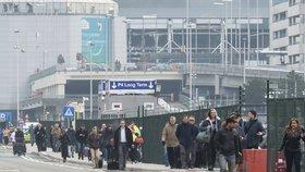 Lidé opouštějí letiště v Bruselu těsně po výbuchu.