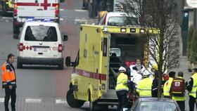Záchranáři odvážejí raněné.