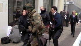 Policisté a voják odnášejí raněného z bruselského metra