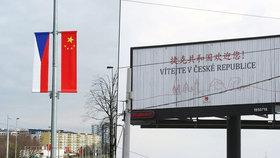 Čínský prezident bude v Praze jako doma. Vítají ho vlajky i billboardy.