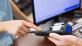 Nová směrnice EU mimo jiné zakazuje účtovat poplatky při platbě kartou (ilustrační foto)
