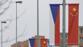 Čínské vlajky se stihly obnovit. Mezi letištěm a Pražským hradem opět visí.