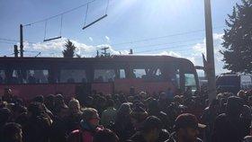 Uprchlíky z Idomeni na řecko-makedonské hranici začaly odvážet autobusy.
