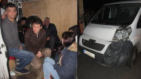 Polský převaděč vezl Českem 17 migrantů v dodávce.