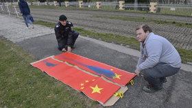 V noci na 26. března někdo tmavou barvou poškodil desítky čínských vlajek, které jsou po Praze rozmístěny v souvislosti s nadcházející návštěvou čínského prezidenta v České republice.