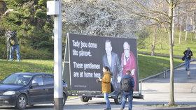 Spolek pro výstavbu sochy Václava Havla umístil 28. března po dobu návštěvy čínského prezidenta v Česku v parku Velvarská u Evropské ulice billboard se společnou fotografií bývalého prezidenta Václava Havla a dalajlamy. Reagoval tak na samotnou návštěvu a také na čínské vlajky a uvítací billboardy pro čínského prezidenta instalované po Praze, které jsou podle spolku výsměchem svobodě, lidským právům a demokracii.