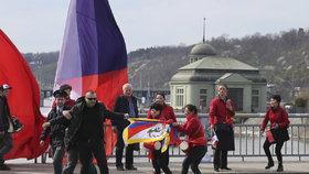V době průjezdu kolony čínské prezidentské delegace na konci Hlávkova mostu procházel muž s tibetskou vlajkou. Policie ho na místě zadržela.