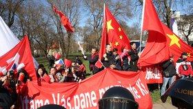 Protesty na Kampě: Vedle protičínské demonstrace tam vyrazili i podporovatelé Číny a Si Ťin-pchinga.