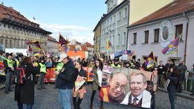 Pochod na podporu Tibetu během 2. dne návštěvy čínského prezidenta v Praze