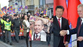 Demonstranti na podporu Tibetu vytáhli v Praze při pochodu během návštěvy čínského prezidenta velkou fotku Václava Havla.