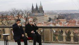 Jak návštěva začala, tak také skončila. Čínský prezident Si Ťin-pching a český prezident Miloš Zeman se rozloučili u sklenice českého piva.