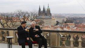 Prezident Miloš Zeman a jeho protějšek Si Ťin-pching zapíjejí třídenní návštěvu čínského prezidenta v Praze plzeňským pivem.