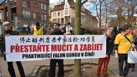 Odpůrci čínského režimu během návštěvy Si Ťin-Pchinga v Praze